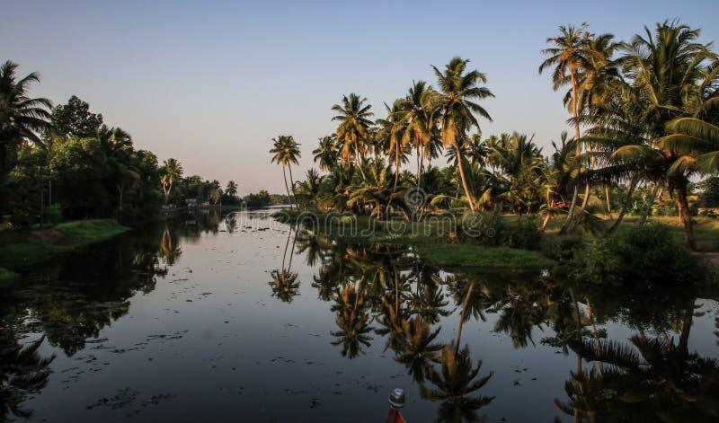 Kerala-Stauwasser bei Sonnenuntergang, von Kollam zu Alleppey, Kerala, Indien lizenzfreies stockfoto