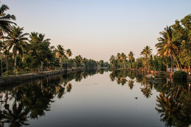 Kerala-Stauwasser bei Sonnenuntergang, von Kollam zu Alleppey, Kerala, Indien lizenzfreies stockbild
