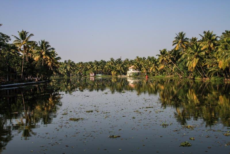 Kerala-Stauwasser bei Sonnenuntergang, von Kollam zu Alleppey, Kerala, Indien stockfoto