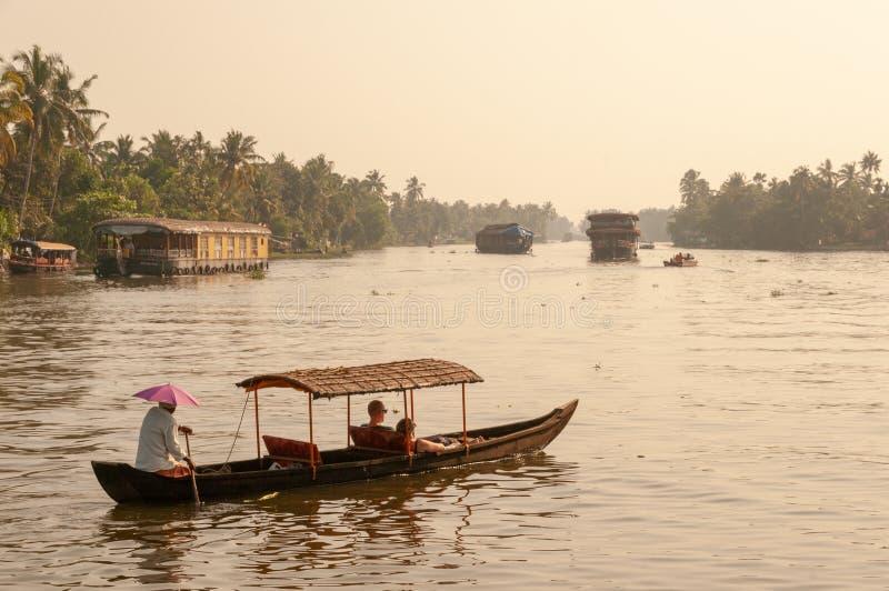 Keralan有享受浪漫乘驾的夫妇的死水小船在死水在黄昏 库存照片