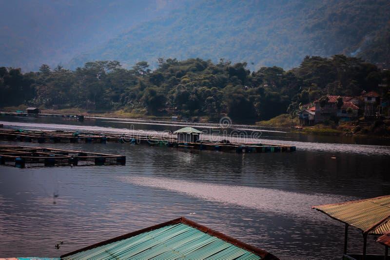 Keramba sur le lac saguling photo stock
