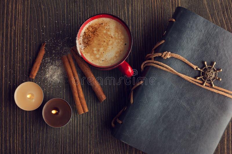 Keramiek rode kop van koffie met kaneel royalty-vrije stock foto