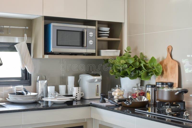 Keramik och kök ware inställningen - upp på räknaren arkivfoto