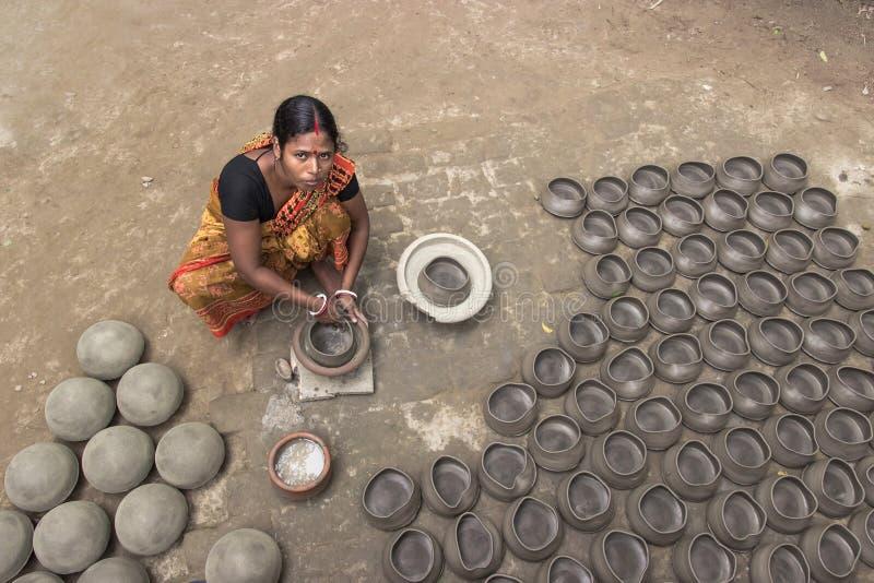 Keramiker och hennes krukmakeri i Bangladesh arkivbilder
