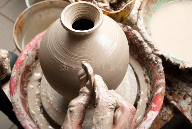 Keramiker på arbete arkivbilder