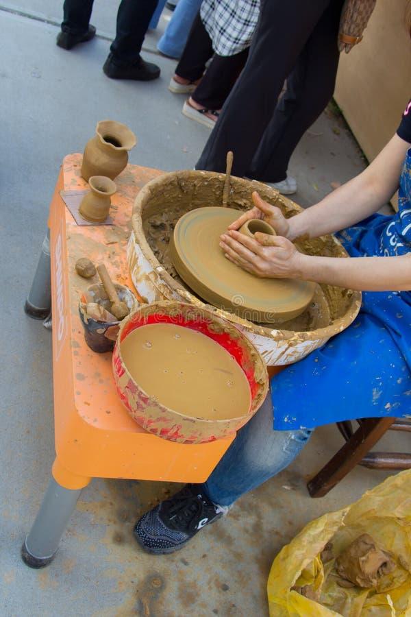 Keramiker` s räcker att forma upp leran royaltyfria foton