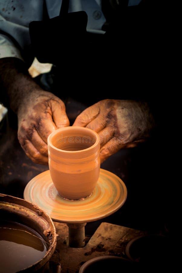 Keramiker` s räcker att forma upp leran royaltyfria bilder