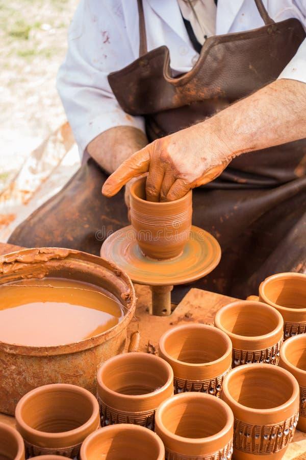 Keramiker` s räcker att forma upp leran arkivbilder