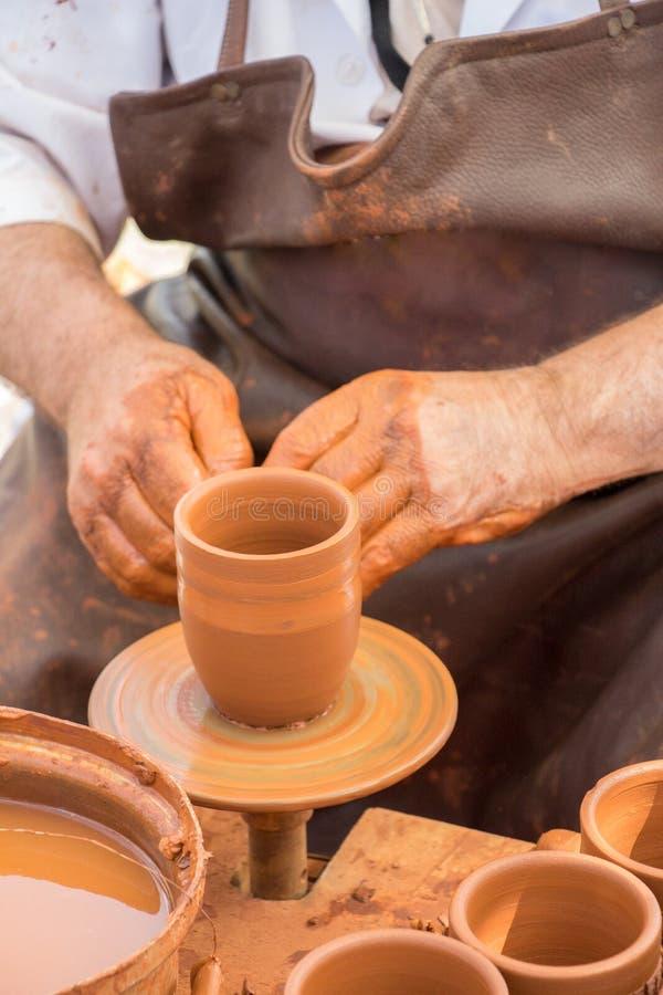 Keramiker` s räcker att forma upp leran arkivbild