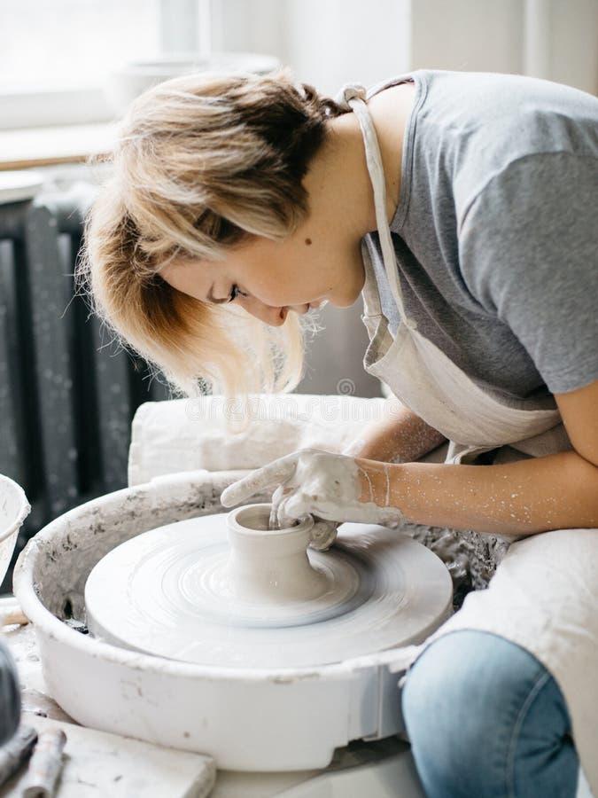 Keramiker som arbetar med lera på hjulet royaltyfri fotografi