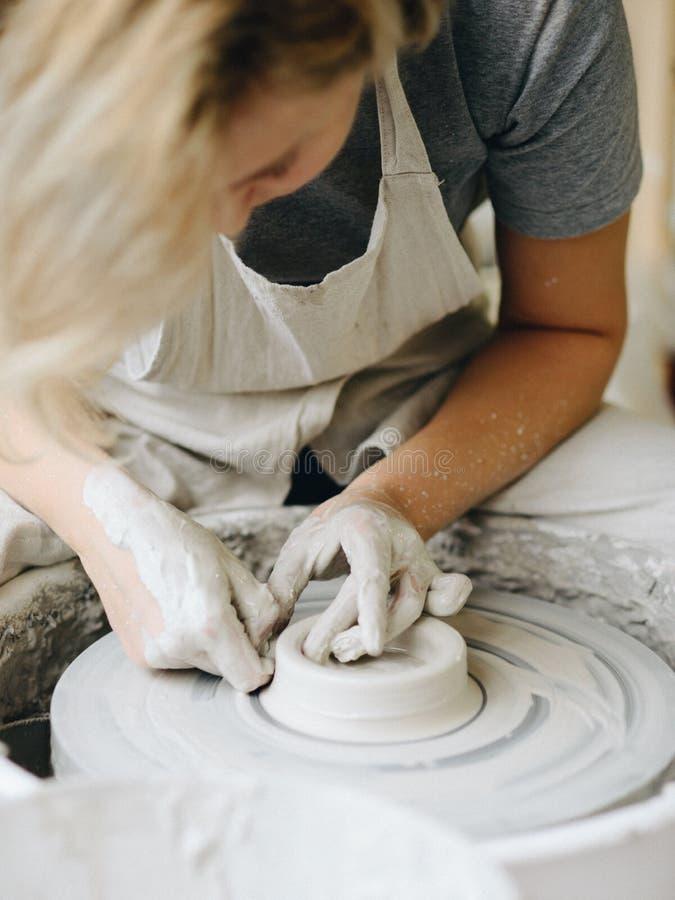 Keramiker som arbetar med lera på hjulet royaltyfria foton