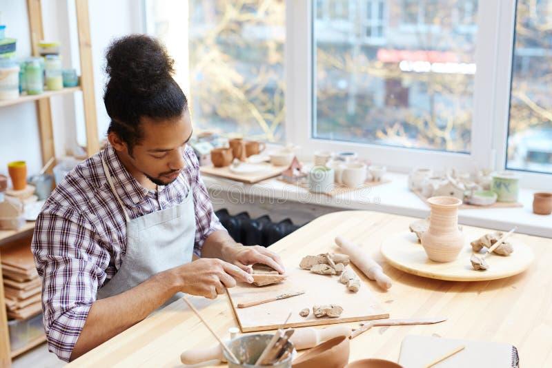 Keramiker som fungerar med lera arkivbilder