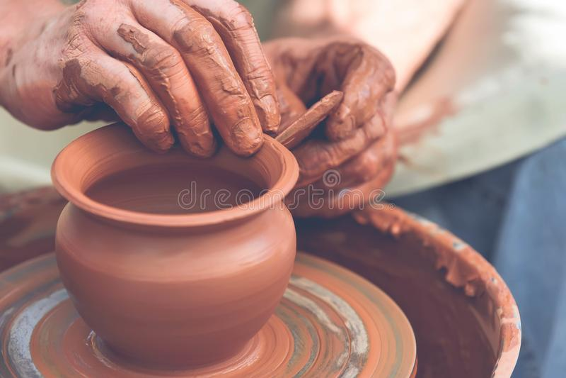 keramiker som gör den keramiska krukan på krukmakerit att rulla arkivbild