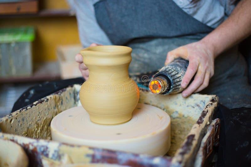 Keramiker som torkar den keramiska krukan med den speciala torken fotografering för bildbyråer