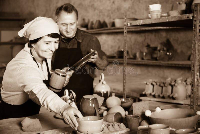 Keramiker som visar koppar royaltyfri foto