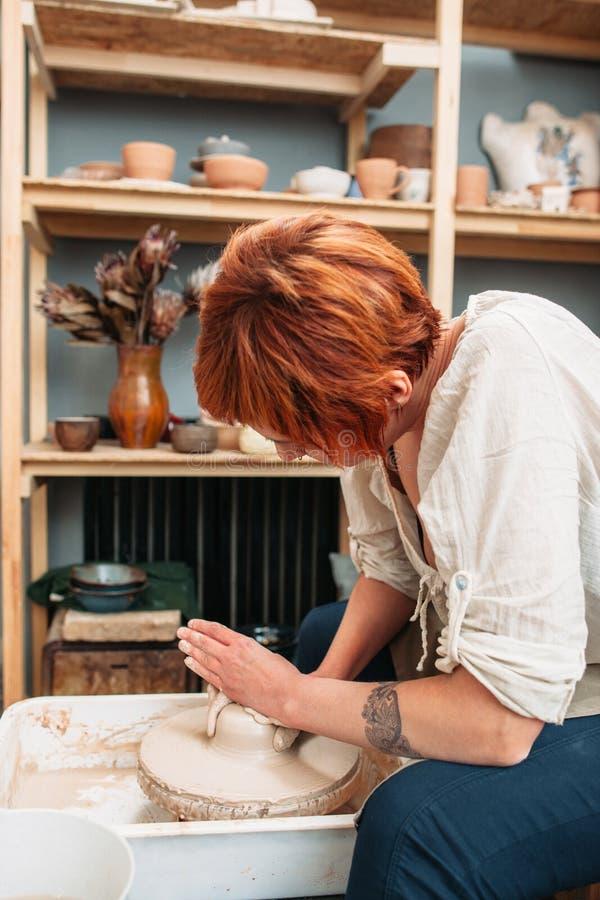 Keramikerarbete på sideview för keramikerhjul royaltyfria foton