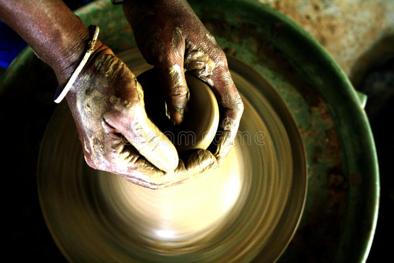 Keramikerhänderna royaltyfri foto