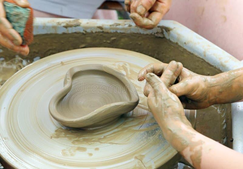 Keramikerlag. Hjärtatillverkning. royaltyfri fotografi