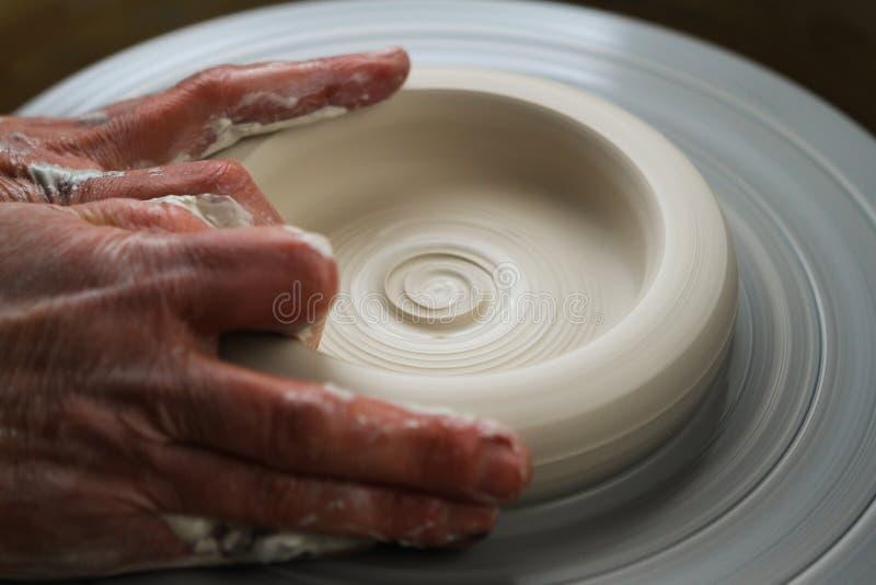 Keramikern arbetar lerkärlskapelseprocess arkivfoto
