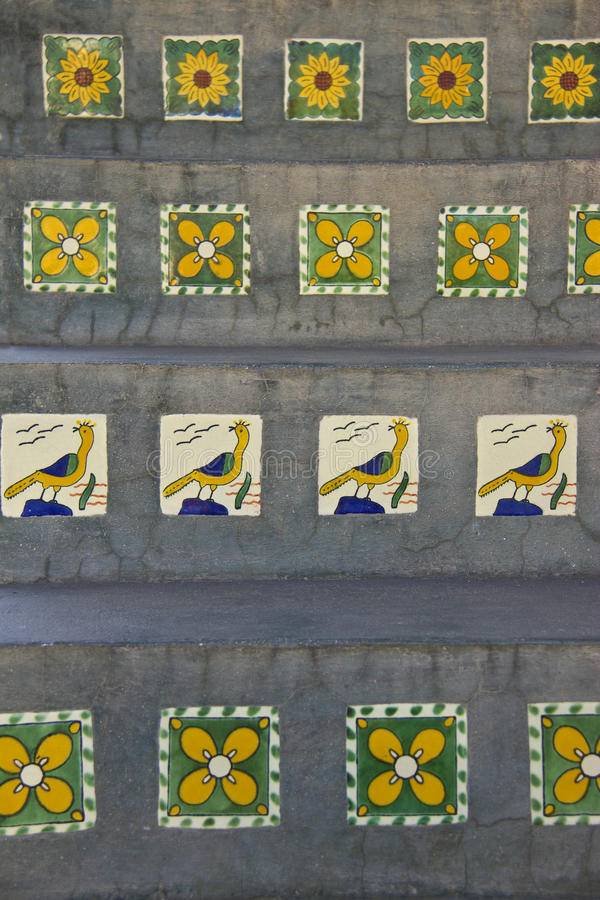 Keramikfliesen auf konkreten Schritten in Mexiko stockfoto