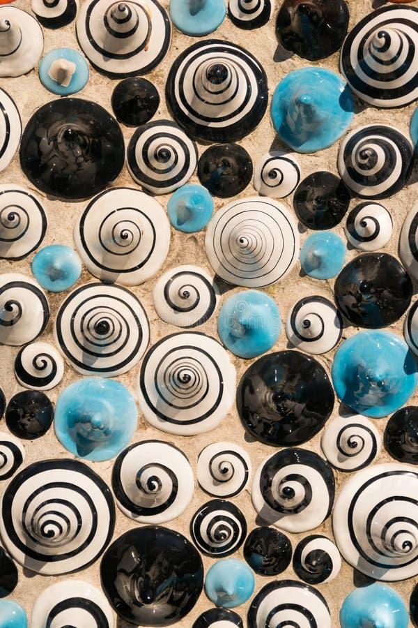 Keramisch in Form der Kegel gemalt mit Zahlen von Spiralen stockbilder