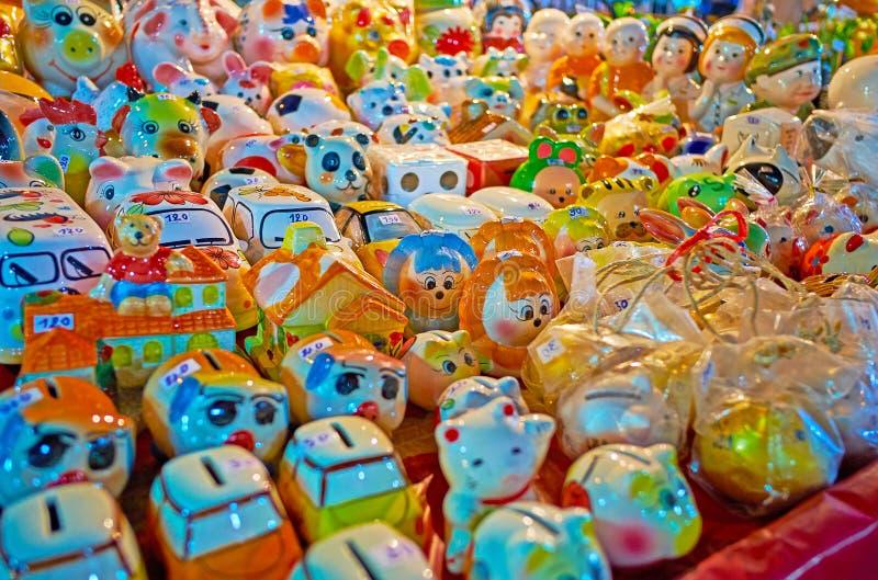 Keramische Andenken im Warorot-Nachtmarkt, Chiang Mai, Thailand stockbilder
