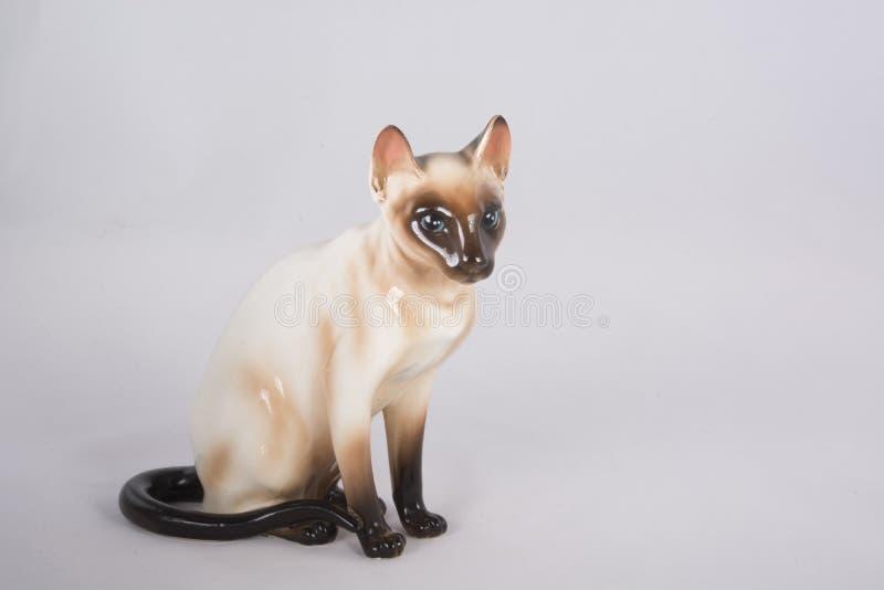 Keramische Figürchen der siamesischen Katze stockfotografie