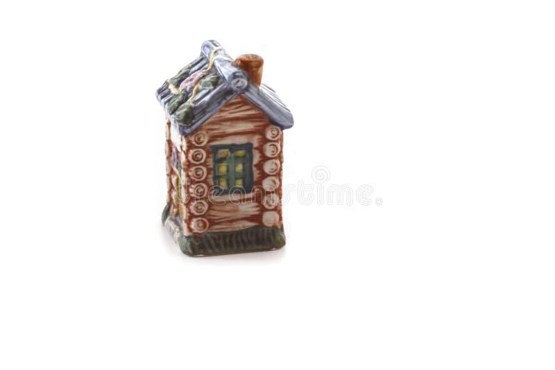 Keramische Figürchen für Gewürze in Form von der Haushütte an lokalisiert lizenzfreie stockfotografie