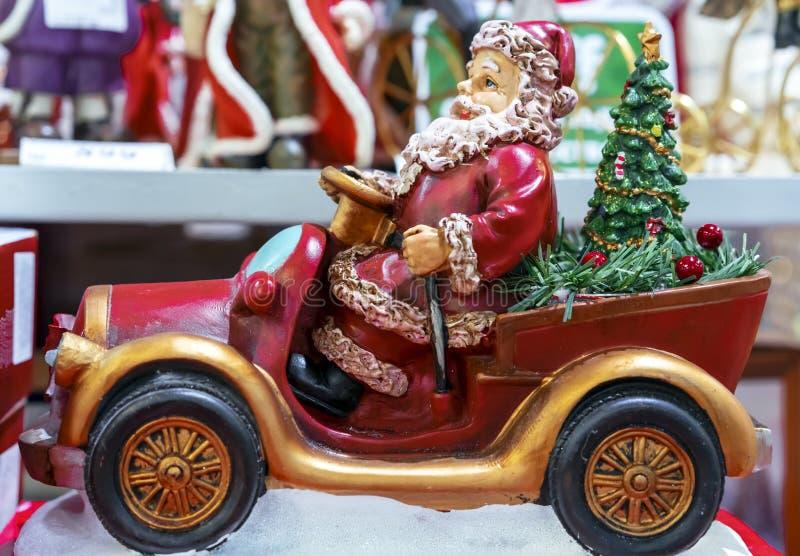 Keramische Figürchen von Santa Claus auf dem Auto lizenzfreies stockbild