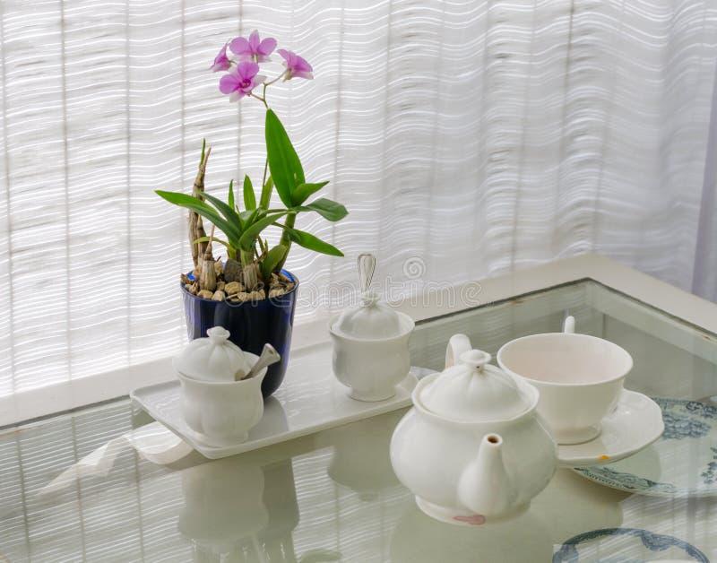 Keramische Geräte mit Blumendekoration lizenzfreies stockfoto