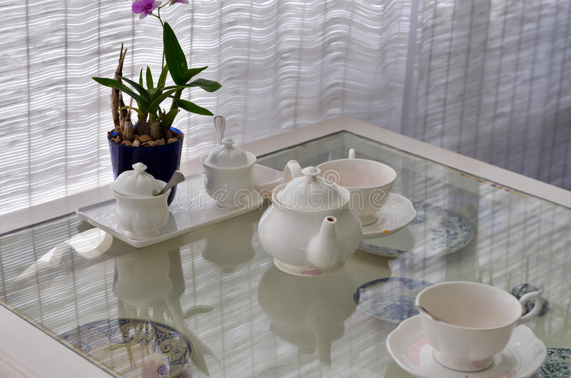 Keramische Geräte mit der Blume verziert im Restaurant lizenzfreie stockbilder