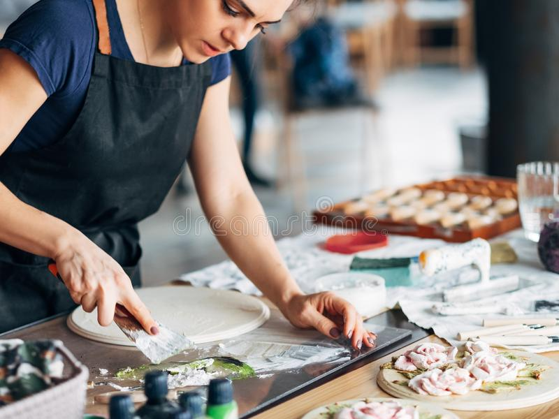 Keramische Grafikfrau des Künstlerarbeitsstudioarbeitsplatzes stockbild