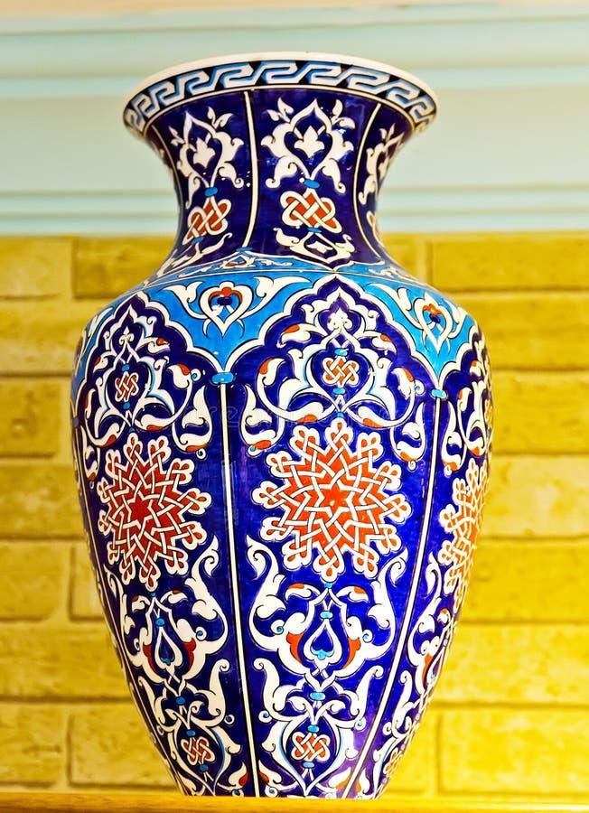 Keramische handgemalte Blumenverzierung in der arabischen Art lizenzfreies stockfoto