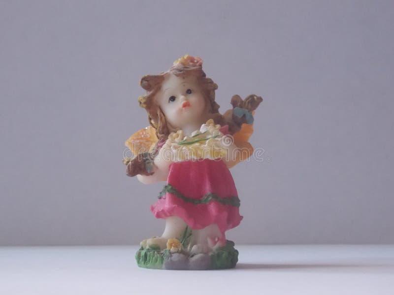 Keramische Mädchenfigur auf einem weißen Hintergrund stockfotografie