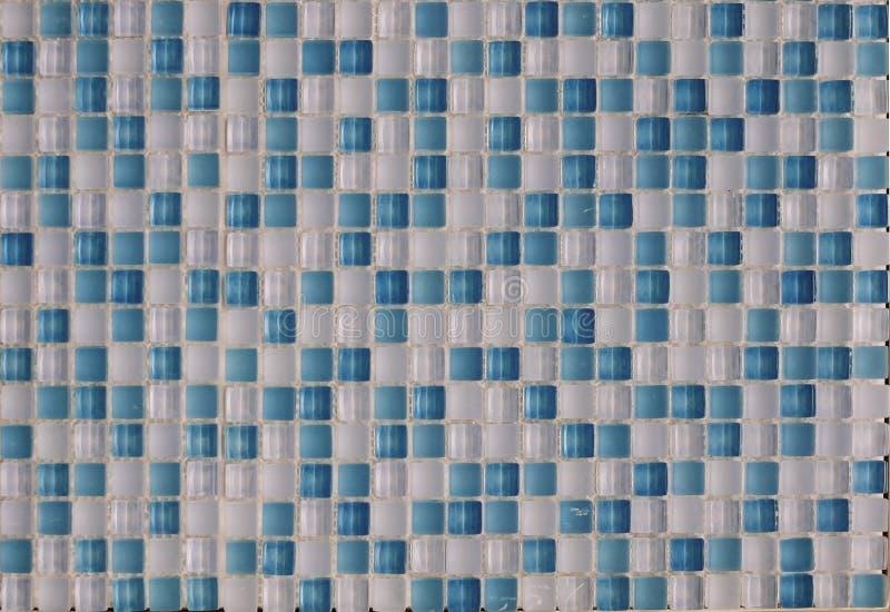 Keramische mehrfarbige Glasfliesen von weißen und blauen Elementen lizenzfreie stockbilder