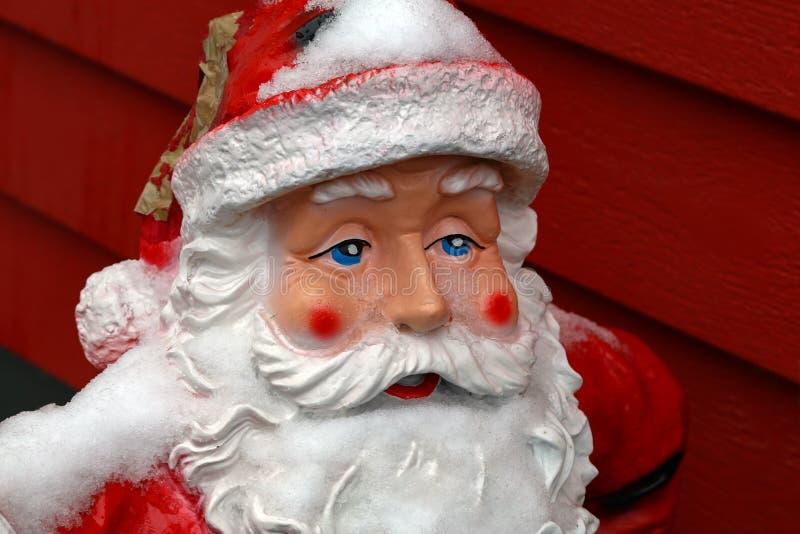 Keramische Santa Claus am Eingang zum Haus lizenzfreies stockbild