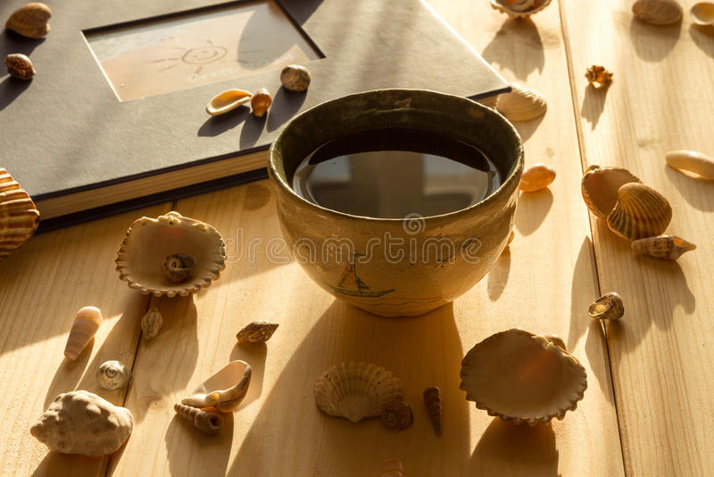 Keramische Schüssel Tee auf hellen hölzernen Brettern stockfotografie