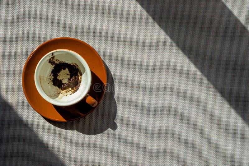 Keramische Schale Browns mit Kaffeesatz auf Untertasse lizenzfreie stockbilder