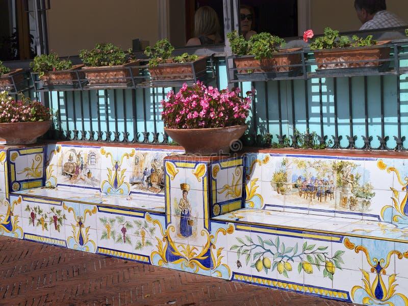 Keramische Sitze in Anacapri auf dem sland von Capri Italien lizenzfreie stockbilder