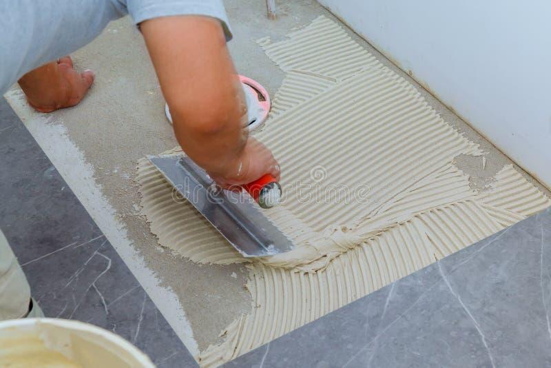 Keramische tegels en hulpmiddelen voor tegelzetter De installatie van vloertegels Het huisverbetering, vernieuwing stock foto