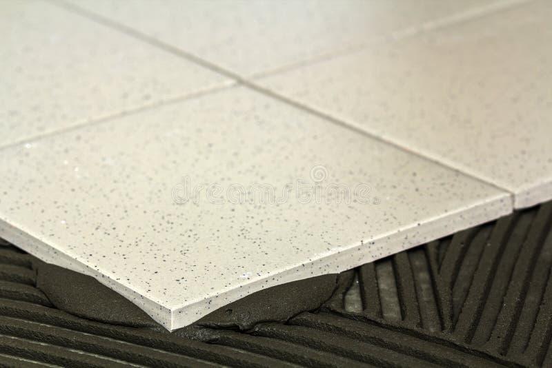 Keramische tegels en hulpmiddelen voor tegelzetter De installatie van vloertegels Hom royalty-vrije stock foto