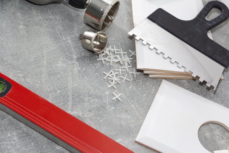 Keramische tegels en hulpmiddelen voor tegelzetter, tegelsinstallatie Het huisverbetering, vernieuwing - de kleefstof van de kera royalty-vrije stock fotografie