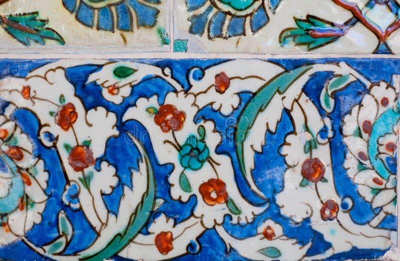 Keramische tegels met bloemen op ontworpen muur van beroemd historisch Topkapi-paleis, Istanboel stock foto