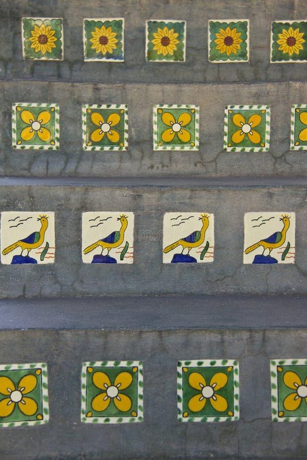 Keramische tegels op concrete stappen in Mexico stock foto