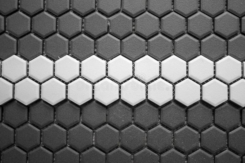 Keramische tegelsmozaïek van grijze ruiten met een witte streep in het midden, zonder het voegen, de netwerk-basis en de lijm wor stock afbeelding