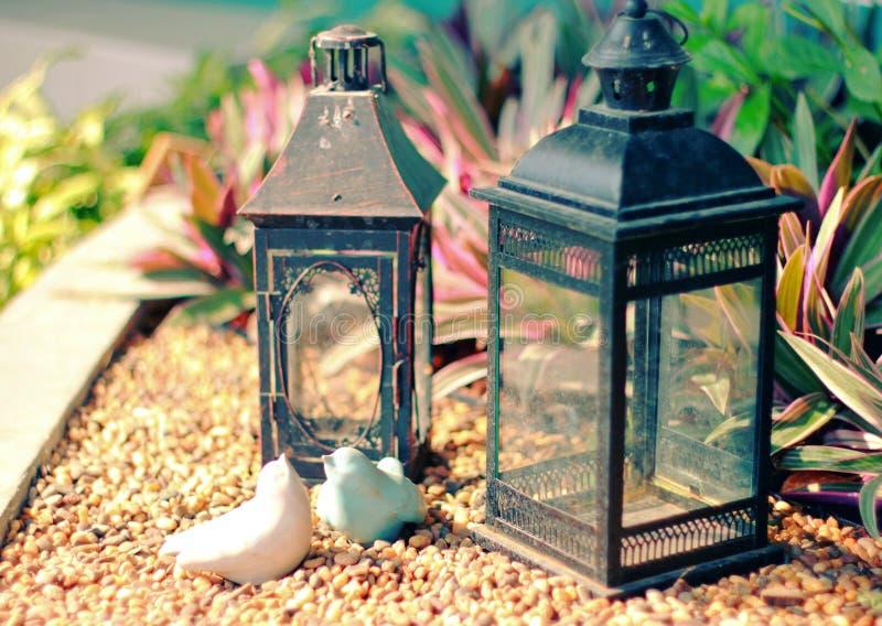 Keramische Vögel und Weinleselampe für verzierten Garten lizenzfreies stockfoto