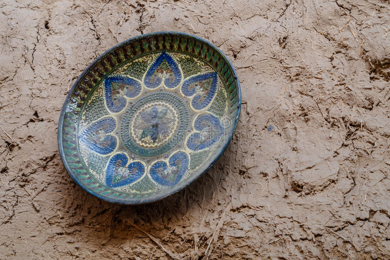 Keramische verzierte Platte, die an der Wand hängt stockbild
