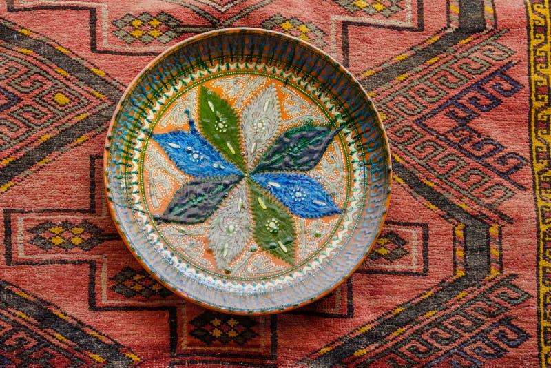 Keramische verzierte Platte, die an der Wand hängt stockfoto