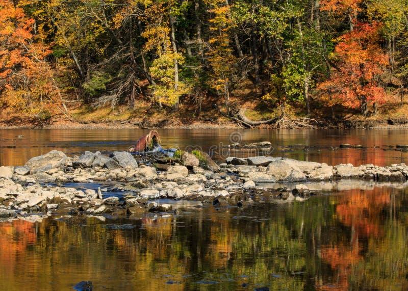 Keramische Wasserleitung im Connecticut River stockbilder