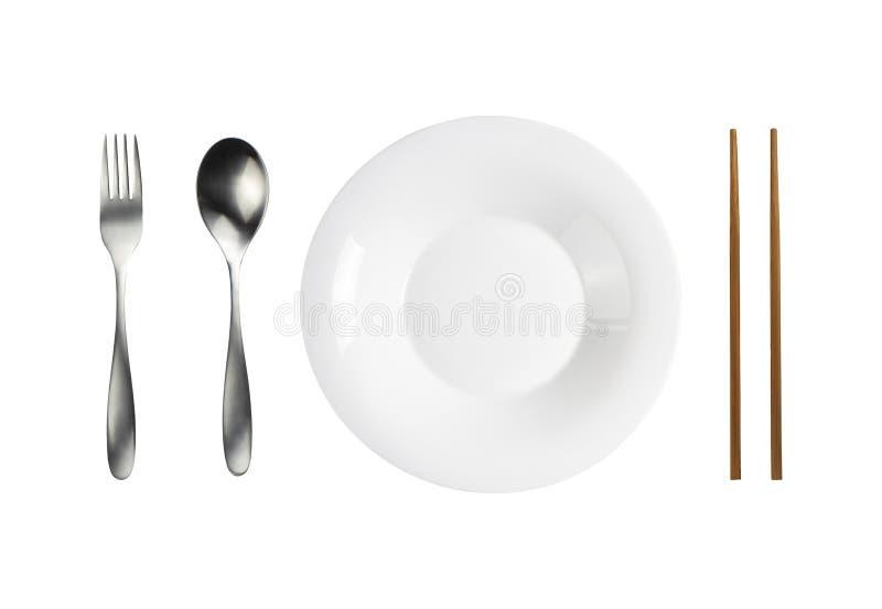 Keramische witte plaat en lepel vork roestvrij en houten kappen, geïsoleerd voorwerp met uitknippad royalty-vrije stock afbeeldingen